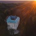 Zlatá hodinka nad hradem Houska... ⚜️ Věděli jste, že je nejtajuplnějším hradem v Česku? Je prý bránou do pekel nebo do…