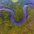 A z téhle perspektivy vyhlídku Máj znáte? 😉 Z netradičního úhlu pohledu ji zachytil @majklphoto 💙 . . . #rekavltava …