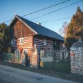 Znáte obec Nosálov v okrese Mělník? Pokud sem vyrazíte na výlet, můžete se těšit na tyhle nádherné roubenky. 😊 . . . . …