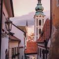 Jak se jmenuje kostel v Českém Krumlově, ke kterému patří věž se zelenou kupolí?⛪️  A víte, že se do ní a z ní můžete…