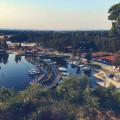 To je pohled! Hluboká nad Vltavou a její přístav. Mimochodem pravidelně odtud vyplouvají vyhlídkové plavby do Purkarce…