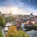 Křivolaké středověké uličky, malebné štíty domů, romantická zákoutí, impozantní zámek, kavárny i středověké krčmy,…