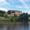 Nádherný renesanční zámek Nelahozeves, který najdete 30 km severně od Prahy je krásně vidět z vodní hladiny řeky Vltavy…